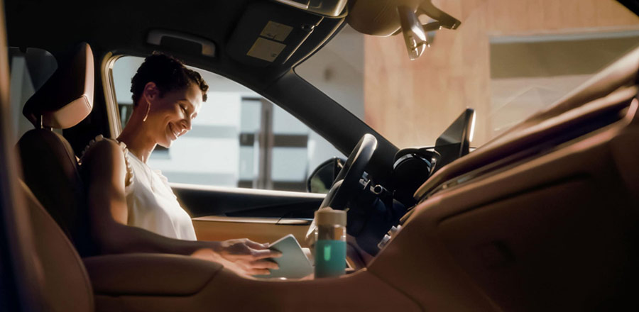 INFINITI QX60 woman connecting with device