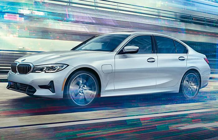 Side profile view of the the new 2021 BMW 3 Series